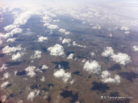這些雲兒實在太可愛了,一片片的,像是棉花糖,真想把它們咬一口。