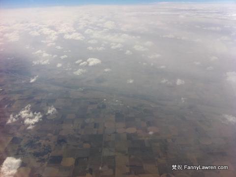 高空下的農田,像是一塊塊的織布。想起家鄉的農地,大小真的相形見拙。