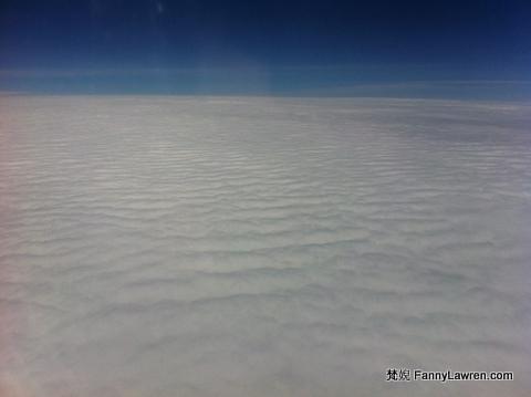 最愛的還是這雪白的雲層,看似木棉又似積雪,很想被它軟綿綿擁抱著。