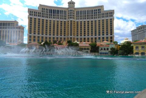 Bellagio 的人造湖大槪每小時都有音樂噴泉表演