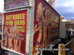 貼上性感海報的車在街上來回行駛宣傳