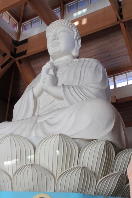主殿內,一尊巨型的佛像,令人肅嚴起敬。