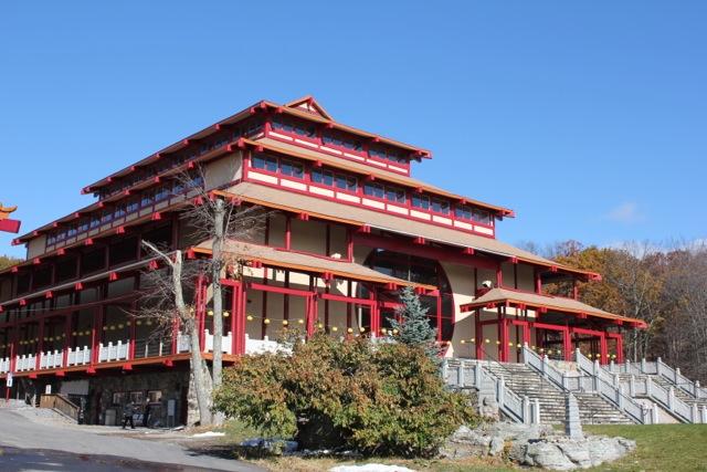踏入莊嚴寺,就被那宏偉的建築吸引著。