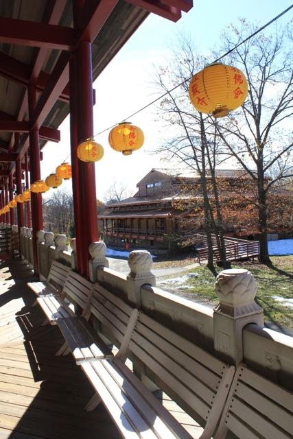 寺內設有多個殿廳,傳統的外觀,既樸素也莊嚴。