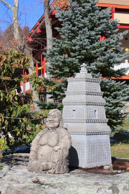 園內多個石雕,相信各有其故事。