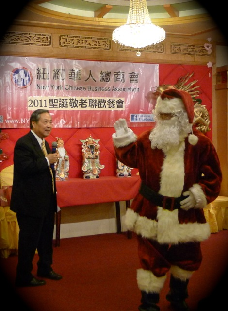 聯歡會司儀乃商會副會長總幹事孫清河 Sunny Sun,他幽默風趣,表現出色,台下長者拍手歡呼不絕。