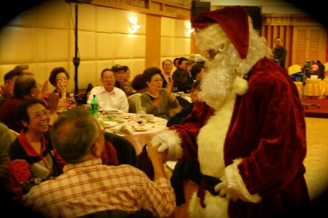 商會面子大,請來聖誕老人從老遠的北極來與長者聚歡。