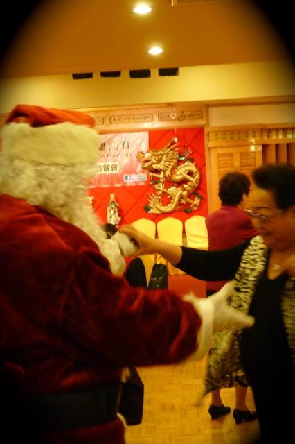 有長者拉著聖誕老人跳舞,熱鬧歡欣。