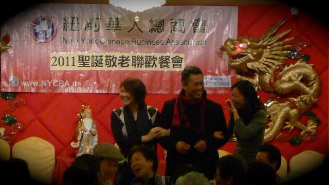 商會會長余建業 John Yu 要求兩女挽手同行上台,他笑說這樣才夠威,我和 Faye 姐見他辛苦了一天就成全他,最緊要大家開心好玩!