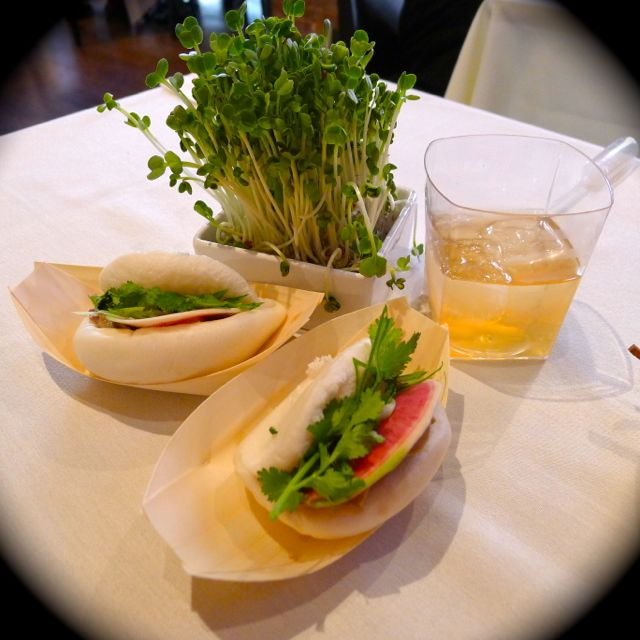 鮑魚蠔菇火腿夾 Abalone, Ham and Mushroom Sandwich Garnished with Scallion and Cilantro