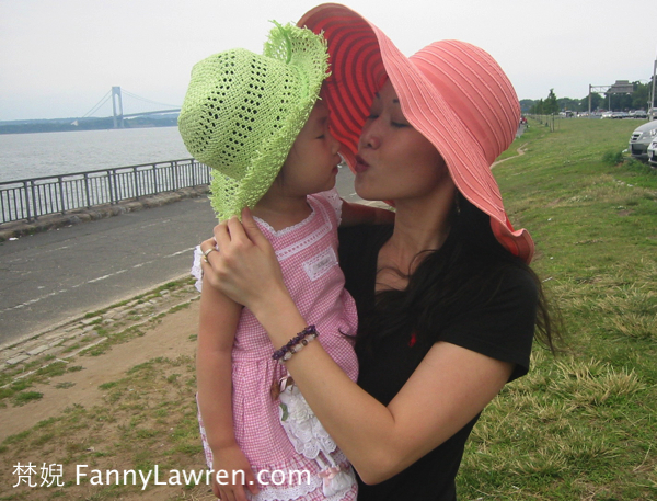 與小女兒合照於紐約2007年夏